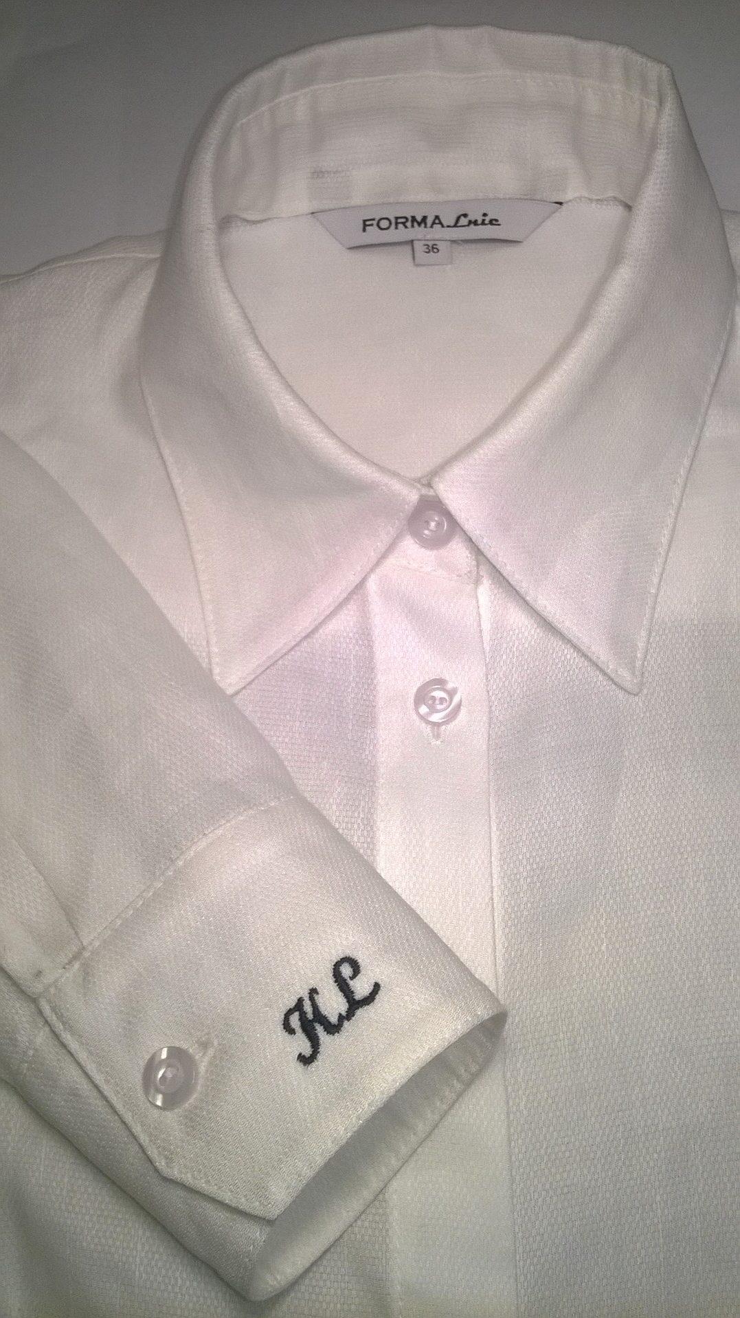 Koszula Klasyczna W Kolorze Białym, Zapinana Na Guziki, Klasyczny Kołnierzyk , Z Przodu I Z Tylu Taliowane Zaszewki Dodają Fasonowi Elegancji,długi Rękaw Wykończony Mankietem Zapinany Na Guzik, Dodatkowo Możliwość Personalizacji